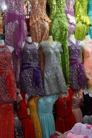 KRATIE, CAMBODJA - 10 FEB, 2015 - Damesjurken voor verkoop bij de centrale markt van Kratie, Kambodja