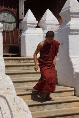SHWE NAUNG, BURMA - 28 FEBRUARI, 2015 - Boeddhistische monnik bij het Shwe Yan Pyay-klooster, dichtbij Inle-Meer, Myanmar (Birma) Redactioneel