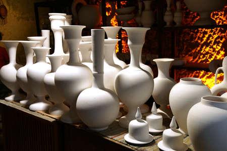 Jarrones y macetas de cerámica sin encender esperan al horno, fábrica de cerámica en Avanos, Turquía