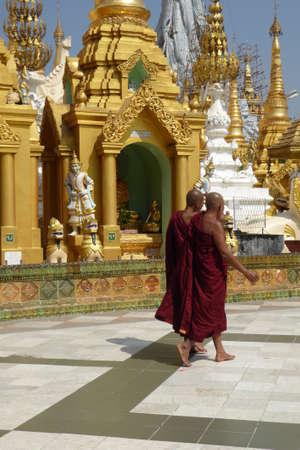 Het dagelijks leven in de heiligdommen op het platform van de Shwedagon-pagode, Yangon (Rangoon), Myanmar (Birma)