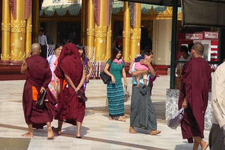 YANGON, BIRMA - FEB 18, 2015 - Boeddhistische monniken op het platform van de Shwedagon-pagode, Yangon (Rangoon), Myanmar (Birma)