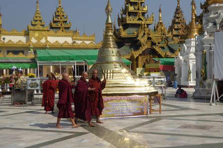 YANGON, BIRMA - 18 februari 2015 - Boeddhistische monniken op het platform van de Shwedagon Pagoda, Yangon (Rangoon), Myanmar (Birma)