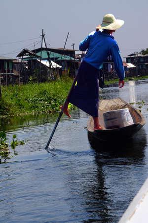 Leg roeien visser stuwt zijn kleine boot op Inle Lake, Myanmar (Birma)
