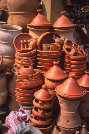 시장 Meknes, 모로코에있는 타진 요리기구 및 다른 요리 도자기