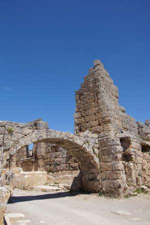 Colonne doriche sulla strada collonaded di antica Perge, Turchia Archivio Fotografico - 57498970
