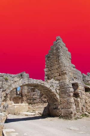Colonne doriche sulla strada collonaded di antica Perge, Turchia Archivio Fotografico - 57499133