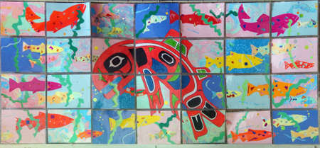 fischerei: SEATTLE - 24. Juli 2016 - Northwest Native American Bilder von Orcas und andere Fische schwimmen in US Fischerei Fischtreppe an den Hiram Chittenden Locks in Seattle Editorial