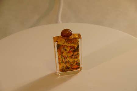 tabaco: SEATTLE - 1 DE JULIO, 2016 - botella de cristal de tabaco chino, pintado desde el interior Editorial