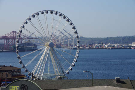 4 wheel: SEATTLE - AUG 4, 2016 - The Seattle Great Wheel on the waterfront