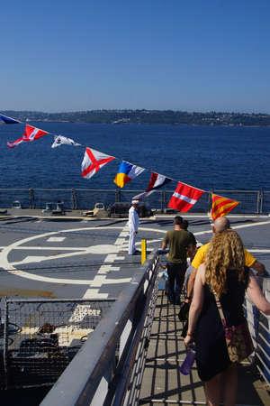SEATTLE - 4 augustus 2016 - Bezoekers aan boord van de USS Gridley (DDG 101) geleid projectiel torpedojager, aangemeerd in Seattle voor de Week van de Vloot