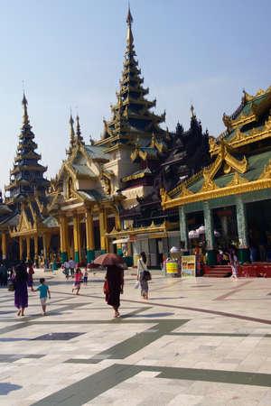 Boeddhistische monnik met paraplu, Shwedagon Pagoda, Yangon (Rangoon), Myanmar (Birma)