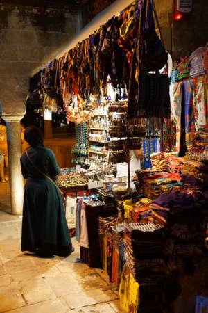 URFA, TURKIJE - JUN 8, 2014 - Versluierde vrouwwinkels bij een nachtmarktkraam binnen in Sanliurfa, Turkije