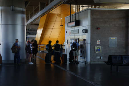 SEATTLE - AUG 18, 2016 - Travelers line up to purchase transit tickets at Seatac Airport terminus of light rail, Seattle, Washington Publikacyjne