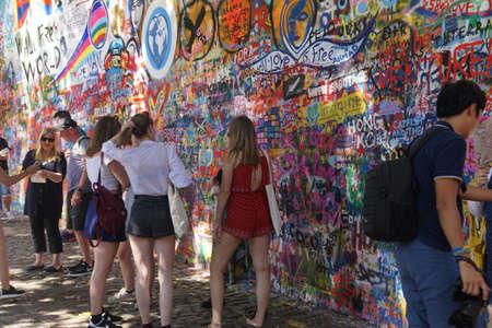 프라하 - 2016 년 8 월 31 일 - 레넌 벽, 공산주의에 대한 프라하 저항의 상징, 낙서, 프라하, 체코 공화국 겹침