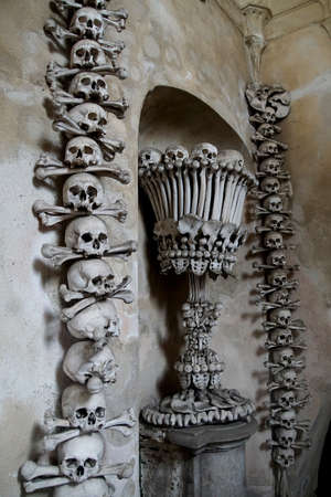 KUTNA HORA, CZECH REPUBLIC - SEP 3, 2016 - Skulls and bones in the Bone Church ossuary,  Kutna Hora, Czech Republic 新聞圖片