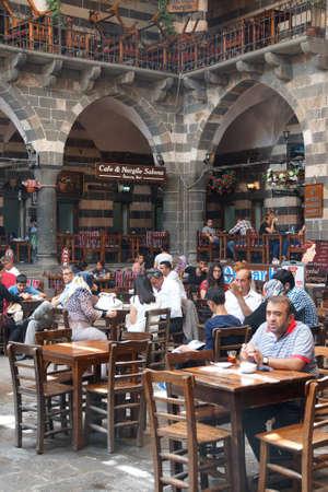 DIYARBAKIR, TURQUÍA - 9 DE JUNIO DE 2014 - Mencione el té en el bazar en Diyarbakir, Turquía Foto de archivo - 64693295