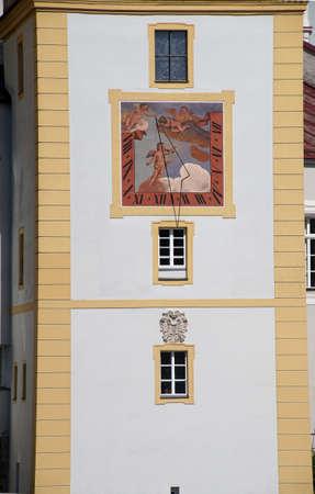 reloj de sol: Torre blanca con el reloj de sol en Passau, Alemania Foto de archivo