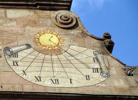 reloj de sol: NUREMBERG, ALEMANIA - 10 de septiembre, 2016 - Domingo marcar en la cara del Museo de la ciudad de Nuremberg, Alemania