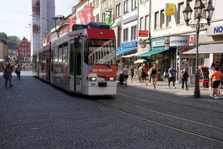 ヴュルツブルク、ドイツ - 912、2016 - 市街電車を通る中央 Wurzberg、ドイツ