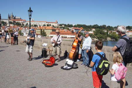 PRAGUE - AUG 31, 2016 - Street musicians play on the Charles Bridge in  on Vltava River in  Prague, Czech Republic 新聞圖片