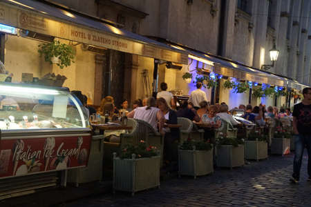 stare mesto: PRAGUE - AUG 31, 2016 - Evening diners at a restaurant near Stare Mesto, Old Town of  Prague, Czech Republic Editorial