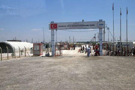 Akçakale, TURKIJE - 8 juni 2014 - Mensen voer de akçakale Syrische vluchtelingenkamp in de buurt van de Syrische grens, in Zuidoost-Turkije, juni 2014
