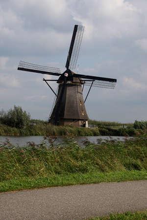 Windmolen voor het pompen van water uit de polders in Kinderdijk, Nederland