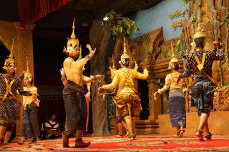 Siem Reap, Cambodge - 14 février 2015 - Ligne de danseurs apsaras effectuer lors d'un récital, Siem Reap, Cambodge Banque d'images - 67637664