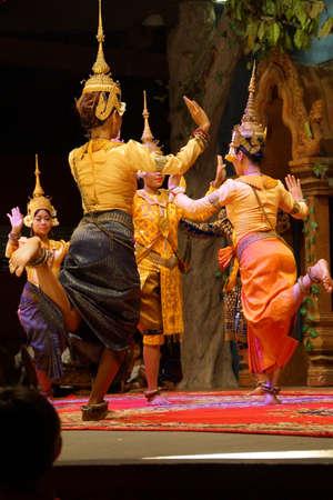 SIEM REAP, CAMBODGE - 14 FÉVRIER 2015 - Une troupe de danseurs apsara se produit lors d'un récital, Siem Reap, Cambodge Banque d'images - 69961860