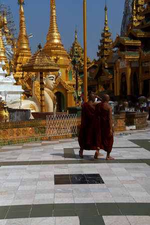 Boeddhistische monniken op het platform van de Shwedagon-pagode, Yangon (Rangoon), Myanmar (Birma)