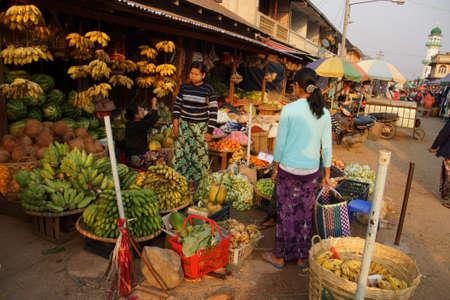 KYAUKME, MYANMAR - 21 FEBRUARI, 2015 - Vrouwen verkopende groenten bij de straatmarkt in Kyaukme Myanmar (Birma)