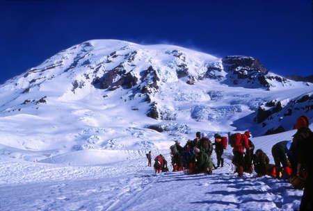 MT RAINIER, WASHINGTON - 1978 년 7 월 2 일 - - 등산 파티가 Washington에서 Mt Rainier의 등반 준비