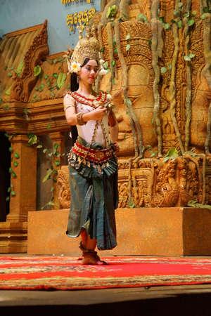 SIEM REAP, CAMBODJA - 14 FEBRUARI, 2015 - Apsara-de danser presteert bij een avondoverweging, Siem oogst, Kambodja