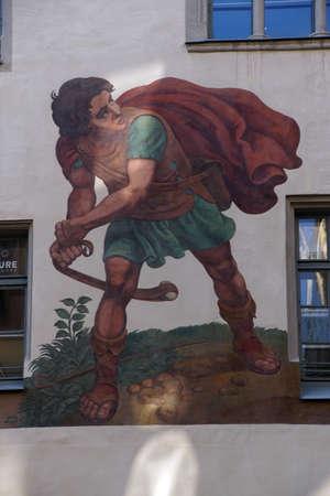 REGENSBURG, 독일 - 2016 년 9 월 9 일 - 레 겐스 부르크, 독일 건물에 데이비드와 골리앗의 프레스코 에디토리얼