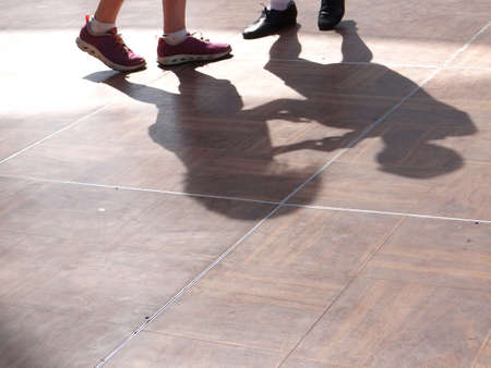 Shadows follow the quickstepping feet of dancers at the  4th of July weekend Blues festival in  Portland,  Oregon 免版税图像