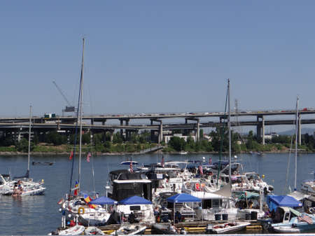 PORTLAND, OREGON - JUL 1, 2017 - Pleasure boats at anchor with American flags on the  4th of July weekend  in  Portland,  Oregon 新闻类图片