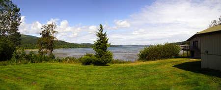 Bomen, weide en Sequim-Baai dichtbij de Elwha-Rivier in Olympisch Nationaal Park, Washington Redactioneel