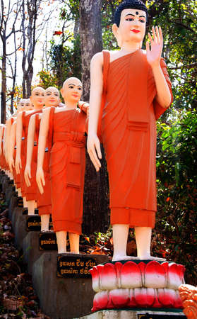 Beelden van boeddhistische monniken langs de trap op Sambuk Mountain Klooster, Kratie, Cambodja