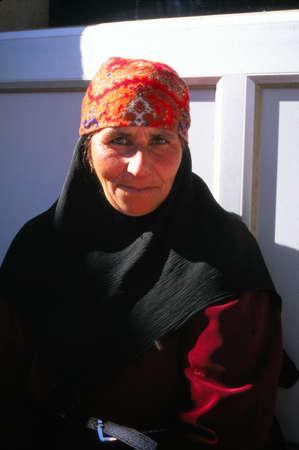 SOUSIA, SYRIË - 8 november 1996 - Lokale vrouw poseert voor haar portret in een dorp in de buurt van Aleppo, Syrië