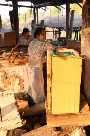 KYAUKME, 미얀마 -2005 년 2 월 21 일 - Kyaukme 미얀마 (버마) 펄프에서 대나무 종이 시트 만들기 -
