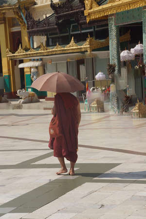 Boeddhistische monnik met paraplu, Shwedagon-pagode, Yangon (Rangoon), Myanmar (Birma)