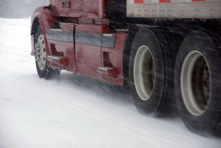 Grote vrachtwagens vechten een winterstorm op de bergweg in Oost-Oregon