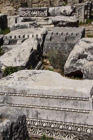 Basi di colonne rotte e antiche rovine di Perge, in Turchia Archivio Fotografico - 85448189