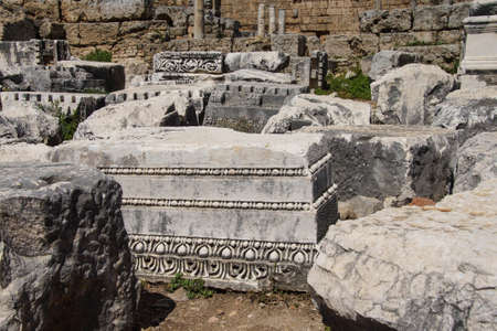 Basi di colonne rotte e antiche rovine di Perge, in Turchia Archivio Fotografico - 85629114