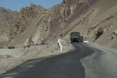 Indus 강, Ladakh, 인도 함께 좁은로에서 인도 육군 트럭 호 송 스톡 콘텐츠