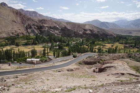레, Ladakh, 인도 근처 Indus 계곡에서 좁은 굴곡 도로