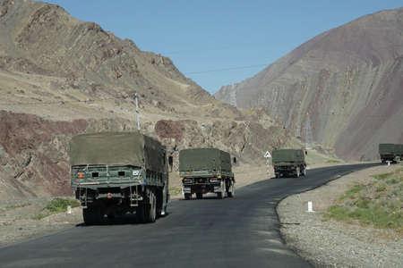 LADAKH, 인도 -2007 년 9 월 12 일 - 인디 강, Ladakh, 인도 함께 좁은로에서 인도 육군 트럭 호 송 에디토리얼
