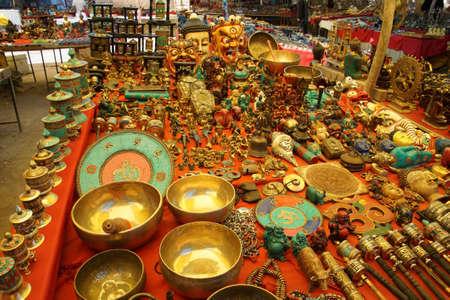 Tibetaanse souvenir staat met snuisterijen, kommen, standbeelden en andere boeddhistische items, Leh, Ladakh, India