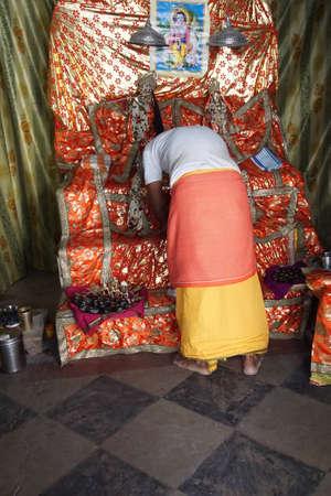 JAIPUR, INDIA - OCT 9, 2017 - Standbeeld van Vishnu voor mornng darshan bij Khole Ke Hanuman Ji Temple, Jaipur, Rajasthan, India