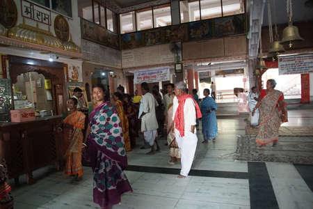 JAIPUR, INDIA - OCT 9, 2017 - Darshan-aanbidders bij de Khole Ke Hanuman Ji-tempel, Jaipur, Rajasthan, India Redactioneel